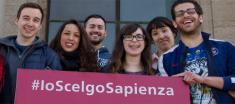 Immagine studenti con cartello #ioscelgosapienza